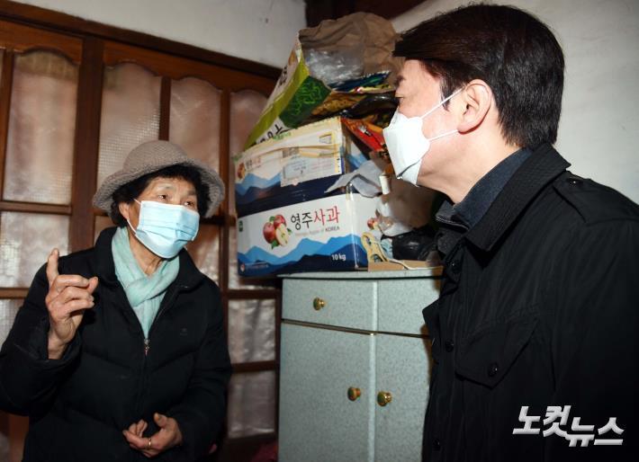 یک Chul-su با ساکنان منطقه نگهداری شهر صحبت می کند