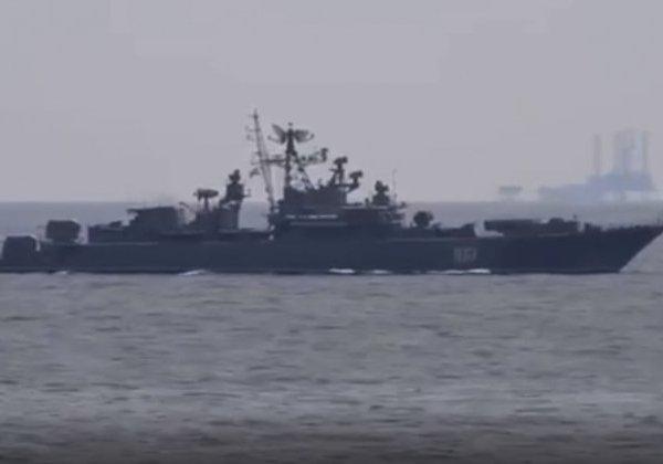 یک قایق گشت روسی یک ناوشکن آمریکایی را در نزدیک کریمه رهگیری می کند